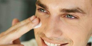 Applicazione crema antirughe uomo